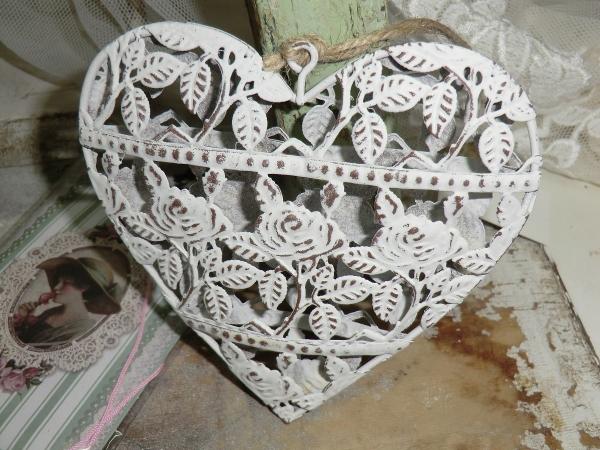 Kleines romantisches Herz mit filigranem Rosenmotiv, Metall mit Durchbruch, weiß braun