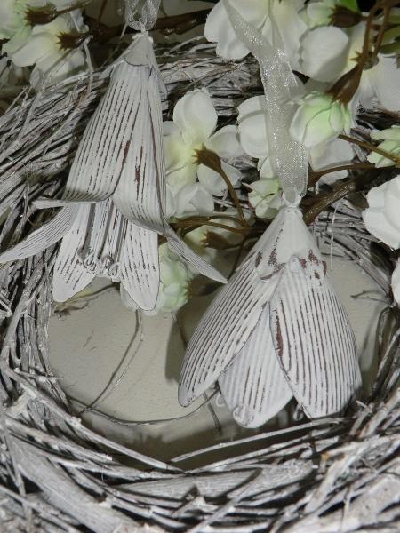 2 verschiedene Blüten, weiß grau, Metall, Hängedeko für Ostern und Frühling