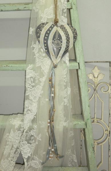 Wunderschönes Metallherz mit Ornamenten, grau creme und Perlendekoration