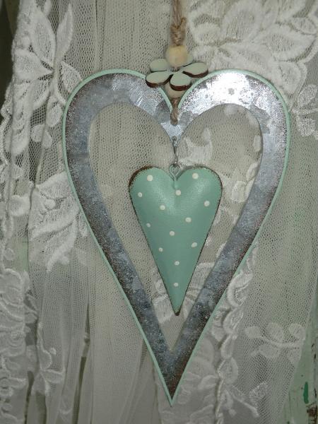 Herz im Herz aus Metall, grün grau mit Blümchen, Hängedeko im Landhausstil