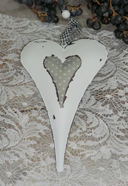 Weißes Metallherz mit Stoffeinlage, Hängedeko im Shabby Chic-Stil