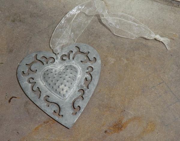 Filigranes kleines Herz, graues Metall mit zartem Band