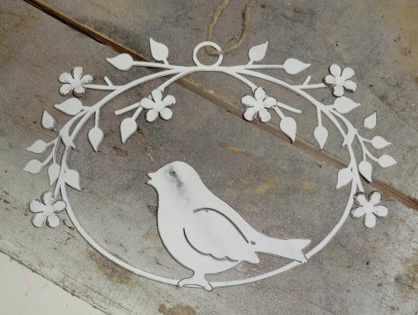 Schöner Vogel im Oval, weiß mit Blütenranken, Metall , Hängedeko im Landhausstil