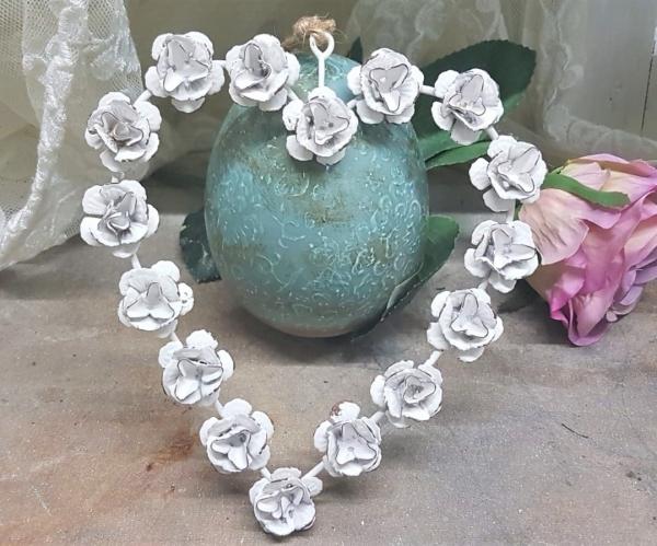 Kleines Herz, weiß mit Rosen aus Metall, Deko auch für Hochzeit, Shabby Chic Stil