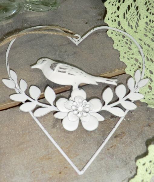 Schöner Vogel im Herz, weiß mit Blütenranken, Metall, Hängedeko Country-Stil
