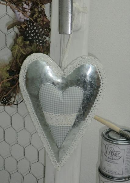Verspieltes Herz aus Metall mit Stoffherz und Spitzendeko