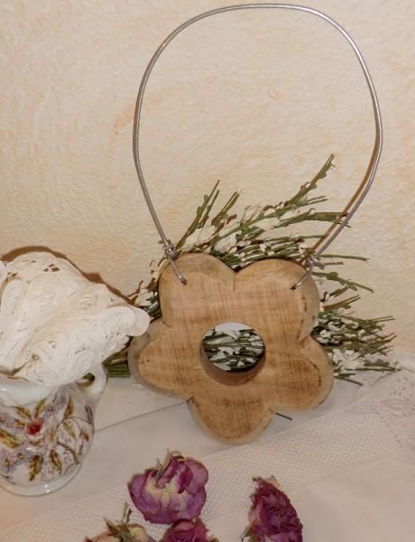 Holzblume mit Drahtbügel