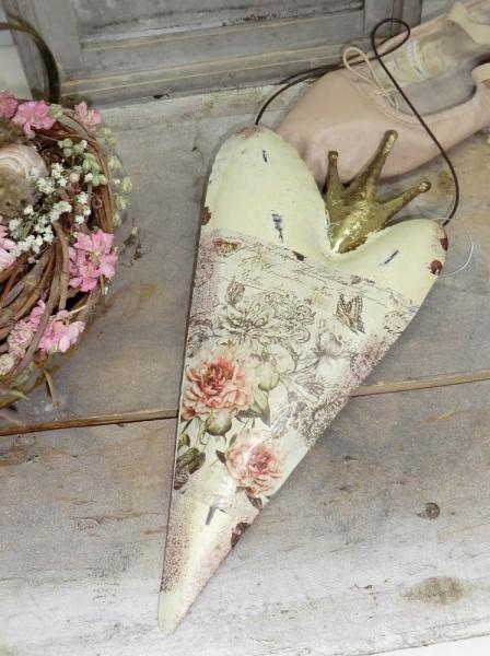Entzückendes Herz mit kleiner Krone und Rosen- Blumenmotiv aus Metall / Blech