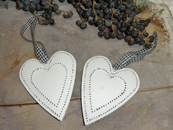 2er Set Blech Herz aus Metall weiß Punkte, Hängedeko im Shabby Chic-Stil