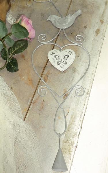 Wunderschönes Metallherz mit Vogel, grau creme Hängedeko für Wand + Fenster